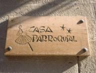 CARTEL DE LA CASA PARROQUIAL CON LOS SIMBOLOS DE LOS PEREGRINOS DE CAMINO DE SANTIGO. Localización: IGLESIA DEL CRUCIFIJO. PUENTE LA REINA. NAVARRA. ESPAÑA.CARTEL DE LA CASA PARROQUIAL CON LOS SIMBOLOS DE LOS PEREGRINOS DE CAMINO DE SANTIGO. Location: IGLESIA DEL CRUCIFIJO. PUENTE LA REINA. NAVARRA. SPAIN.. Album / Oronoz. NAVARRA SPAIN.