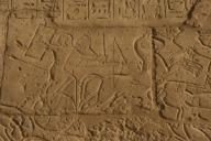 """ARTE EGIPCIO. EGIPTO. Relieves del Templo mortuorio de Ramses II (RAMESERUM). Imperio Nuevo. XIX Dinastía. Representación del ASEDIO DE LOS EGIPCIOS DE DAPUR (CIUDAD SIRIA). """" Un conductor de un carro de guerra enemigo, se protege de las flechas egipcias con su escudo"""". Necrópolis Tebanas. Medinet-Habu. Egipto.The Siege of Dapur (1269 B.C.). A syrian charioteer is protected from the egyptian arrows whith his shield. 13th century B.C. Nineteenth Dynasty. New Kingdom. Relief. Ramesseum. Necropolis of Thebes. Valley of the Kings. Egypt.. Album / Prisma. ."""