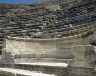 """ARTE ROMANO. ASIA MENOR. TURQUIA. HIERAPOLIS. Fundada por Eumenes II, rey de Pérgamo, en el S. II a. C. y destruida por los terremotos de los años 17 y 60. Detalle del """"PROEDRIO"""", asiento de mármol reservado a las autoridades, y ubicado en la IMA CAVEA (GRADA INFERIOR) del TEATRO. Construido en el S. II d. C. Pamukkale. Península Anatólica.Turkey. Anatolia. Hierapolis. Hellenistic city. Theatre. 2nd-3rd century. Seats carved in marble (proedria) in Ima Cavea, reserved for the upper echelons of society. Architectural detail. Near Pamukkale.. Album / Prisma. ."""