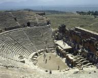 ARTE ROMANO. ASIA MENOR. TURQUIA. HIERAPOLIS. Fundada por Eumenes II, rey de Pérgamo, en el S. II a. C. y destruida por los terremotos de los años 17 y 60. Debido a las propiedades terapéuticas de sus aguas fue un importante centro curativo. Vista general del TEATRO, donde destacan sus 50 filas de gradas. Fue construido en el S. II d. C. Pamukkale. Península Anatólica.Turkey. Anatolia. Hierapolis. Hellenistic city. Theatre, 2nd-3rd century. General view. Tourists visiting the ruins.. Album / Prisma. .