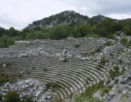 ARTE ROMANO. ASIA MENOR. TURQUIA. TERMESSOS. Antigua ciudad asentada entre las montañas. Tras un periodo de influencia griega, fue en los siglos II-III d. C. cuando alcanzó su pleno apogeo. Vista general de las 26 filas de GRADAS del TEATRO, construido en época helénica y reformado por los romanos. Tenía una capacidad para 4.200 espectadores. Península Anatólica.Turkey. Anatolia. Termessos. Greco-Roman city. Roman Theatre. View of the Hellenistic cavea or semicircular seating area (4000-5000 spectators), reinforced in Roman Times.. Album / Prisma. .