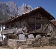 HORREO DE POSADA DE VALDEON - FOTO AÑOS 60. Localización: EXTERIOR. Picos De Europa. ESPAÑA.HORREO DE POSADA DE VALDEON - FOTO AÑOS 60. Location: EXTERIOR. Picos De Europa. SPAIN.. Album / Oronoz. Cantabria SPAIN.