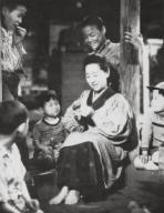 KINUYO TANAKA en MADRE (1952) -Título original: OKASAN-, dirigida por MIKIO NARUSE. Título inglés: THE MOTHER.KINUYO TANAKA in MADRE (1952) -Original title: OKASAN-, directed by MIKIO NARUSE. English title: THE MOTHER.. SHINTOHO COMPANY / Album. . , KINUYO TANAKA, ;