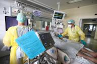 15 April 2021, Thuringia, Gera: Doctors and nurses examine a patient in the Covid 19 intensive care unit at SRH Waldklinikum. Currently, 21 Covid 19 patients are receiving intensive care here. Photo: Bodo Schackow\/dpa-zentralbild\/dpa