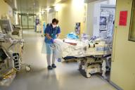 15 April 2021, Thuringia, Gera: Doctors and nurses transfer a patient to a newly created intensive care unit at SRH Waldklinikum. The current intensive care unit is expanded for further patients with severe Covid 19. Photo: Bodo Schackow\/dpa-zentralbild\/dpa