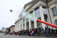 """26 January 2020, Hessen, Kassel: The Christmas tree canon (""""Kerstboomkanon"""") by the Dutch artist Leon de Bruijne is in action in front of the Fridericianum in Kassel. It can shoot fir trees up to 60 meters. The performance with the cannon is part of """"MODUS"""", the artist"""
