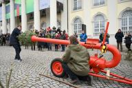 """26 January 2020, Hessen, Kassel: The Dutch artist Leon de Bruijne (r) and curator Jero van Nieuwkoop (l) invite the Christmas tree canon (""""Kerstboomkanon"""") in front of the Fridericianum in Kassel. It can shoot fir trees up to 60 meters. The performance with the cannon is part of """"MODUS"""", the artist"""