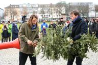 """26 January 2020, Hessen, Kassel: The Dutch artist Leon de Bruijne (l) and curator Jero van Nieuwkoop invite the Christmas tree canon (""""Kerstboomkanon"""") in front of the Fridericianum in Kassel. It can shoot fir trees up to 60 meters. The performance with the cannon is part of """"MODUS"""", the artist"""
