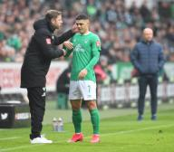 26 January 2020, Bremen: Football: Bundesliga, Werder Bremen - TSG 1899 Hoffenheim , 19th matchday. Bremen coach Florian Kohfeldt talks to Milot Rashica on the sidelines. Photo: Carmen Jaspersen/dpa - IMPORTANT NOTE: In accordance with the regulations of the DFL Deutsche Fußball Liga and the DFB Deutscher Fußball-Bund, it is prohibited to exploit or have exploited in the stadium and/or from the game taken photographs in the form of sequence images and/or video-like photo series.