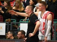 21 February 2020, Lower Saxony, Vechta: Basketball: European Championship qualification, 4th round, Group G, 1st matchday, Germany - France. National coach Henrik Rödl (l) talks to his player Robin Benzing on the sidelines. Photo: Carmen Jaspersen/