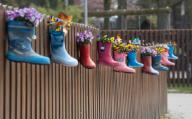 31 March 2020, Lower Saxony, Laatzen: Rubber boots decorated with flowers hang from the fence of a kindergarten in the Hannover region. Kindergartens are currently closed due to the Corona pandemic. Photo: Julian Stratenschulte/