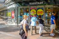 """28 August 2020, Lower Saxony, Hanover: """"We are closing this store"""" and """"everything reduced"""" is written on the entrance doors of the GALERIA Karstadt Kaufhof store on Georgstraße. In view of the imminent closure of almost 50 department stores of Galeria Karstadt Kaufhof, the German Association of Cities and Towns is pressing for the municipalities to be given more room for manoeuvre in crisis management. """"The cities urgently need secure prospects and the opportunity to acquire key properties themselves,"""" said Dedy, the Chief Executive of the Association of German Cities and Towns. Photo: Stefan Jaitner\/dpa"""