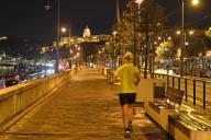 Budapest at aftert on 09\/23\/2020. A jogger jogs through the nightly Budapest along the Danube, joggen, | usage worldwide