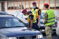 Border controls at the Austrian-Hungarian border near Nickelsdorf Hegyeshalom. Border police checked motorists entering Hungary. | usage worldwide