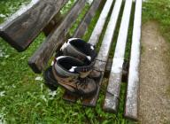 26 September 2020, Bavaria, Krün: Forgotten hiking boots stand on a bench in the first snow after a drop in temperature in the Upper Bavarian district of Garmisch-Partenkirchen. Photo: Angelika Warmuth\/dpa