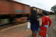 CAMPINAS, SP - 14.12.2019: CENA DO DIA - Friends wait for the freight train to pass so they can cross to the other side of the line in the city of Campinas (SP). (Photo: Leandro Ferreira/Fotoarena)