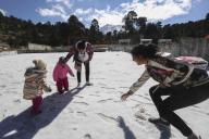 EUM20200121SOC28.JPG ZINACANTEPEC, Méx. Volcano/Volcán-Nevado.- 21 de enero de 2019. Aspectos de la nieve y granizo que cubrió de blanco el Parque Nacional Nevado de Toluca, que atrajo a los visitantes y obligó a las autoridades a cerrar el acceso a parte interna del volcán. Foto: Agencia EL UNIVERSAL/