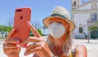 Tim Somerset\/Maxppp - Lagos, Portugal le 22\/05\/2017 -\/ Covid-19. Deconfinement, Le jour d\'apres. Port du masque en ville. Les touristes devront t\'ils portes un masque lors de visite en Europe. Comme cette touriste en Algarve, prenant une photo d\'...