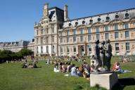 Les pelouses a cote du Louvre. COVID 19, les parcs et jardins Parisiens ouvrent leurs portes. Paris, FRANCE- 30\/05\/2020.\/\/04MEIGNEUX_meigneuxG007\/2005310905\/Credit:ROMUALD MEIGNEUX\/SIPA\/
