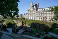 Les pelouses a cote du Louvre. COVID 19, les parcs et jardins Parisiens ouvrent leurs portes. Paris, FRANCE- 30\/05\/2020.\/\/04MEIGNEUX_meigneuxG023\/2005310908\/Credit:ROMUALD MEIGNEUX\/SIPA\/