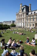 Les pelouses a cote du Louvre. COVID 19, les parcs et jardins Parisiens ouvrent leurs portes. Paris, FRANCE- 30\/05\/2020.\/\/04MEIGNEUX_meigneuxG006\/2005310905\/Credit:ROMUALD MEIGNEUX\/SIPA\/