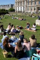 Les pelouses a cote du Louvre. COVID 19, les parcs et jardins Parisiens ouvrent leurs portes. Paris, FRANCE- 30\/05\/2020.\/\/04MEIGNEUX_meigneuxG002\/2005310904\/Credit:ROMUALD MEIGNEUX\/SIPA\/