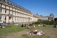 Les pelouses a cote du Louvre. COVID 19, les parcs et jardins Parisiens ouvrent leurs portes. Paris, FRANCE- 30\/05\/2020.\/\/04MEIGNEUX_meigneuxG005\/2005310905\/Credit:ROMUALD MEIGNEUX\/SIPA\/