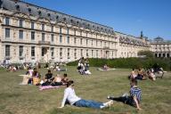Les pelouses a cote du Louvre. COVID 19, les parcs et jardins Parisiens ouvrent leurs portes. Paris, FRANCE- 30\/05\/2020.\/\/04MEIGNEUX_meigneuxG001\/2005310904\/Credit:ROMUALD MEIGNEUX\/SIPA\/