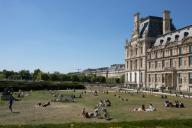 Les pelouses a cote du Louvre. COVID 19, les parcs et jardins Parisiens ouvrent leurs portes. Paris, FRANCE- 30\/05\/2020.\/\/04MEIGNEUX_meigneuxG016\/2005310907\/Credit:ROMUALD MEIGNEUX\/SIPA\/