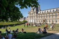 Les pelouses a cote du Louvre. COVID 19, les parcs et jardins Parisiens ouvrent leurs portes. Paris, FRANCE- 30\/05\/2020.\/\/04MEIGNEUX_meigneuxG014\/2005310906\/Credit:ROMUALD MEIGNEUX\/SIPA\/