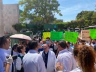 EUM20200401SOC17.JPG CULIACÁN, Sin., Protests/Protestas-Médicos.- Personal médico y enfermeras de ambos sexos del Hospital Regional No.1 del Instituto Mexicano del Seguro Social, se manifestaron con pancartas este 1 de abril de 2020, denunciando carencia de mascarillas de protección, equipo especial, lo que los expone al trabajar con pacientes sospechosos de Covid-19. Foto: Agencia EL UNIVERSAL/AFBV