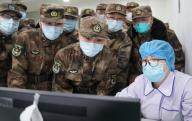 (200126) -- WUHAN, Jan. 26, 2020 (Xinhua) -- Members of a military medical team take over the work from a medical worker at Wuhan Jinyintan Hospital in Wuhan, central China