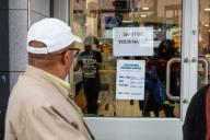 (200331) -- JOHANNESBURG, March 31, 2020 (Xinhua) -- A notice reminding people to wash their hands is posted on the door of a store in Johannesburg, South Africa, March 30, 2020. (Photo by Yeshiel Panchia/Xinhua)
