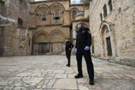 (200331) -- JERUSALEM, March 31, 2020 (Xinhua) -- Guards wearing masks are seen in Jerusalem
