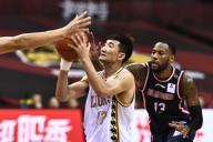 (200716) -- QINGDAO, July 16, 2020 (Xinhua) -- Sun Minghui (L) of Zhejiang Lions competes during a match between Guangdong Southern Tigers and Zhejiang Lions at the 2019-2020 Chinese Basketball Association (CBA) league in Qingdao, east China\'s Shandong Province, July 16, 2020. (Xinhua\/Guo Xulei