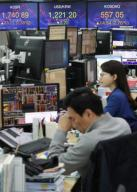 KOSPI rises Currency dealers work in the trading room of Hana Bank in Seoul on March 31, 2020, with the benchmark Korea Composite Stock Price Index (KOSPI) gaining 23.77 points, or 1.38 percent, to an intraday high of 1,740.89. South Korean stocks opened sharply higher following overnight gains on Wall Street amid massive and drastic stimulus measures around the globe to minimize the economic fallout from the spread of the new coronavirus. (Yonhap)/2020-03-31 10:01:12/
